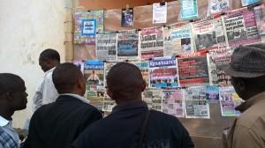 Des jeunes en pleine lecture de la presse à Bafoussam. Crédit image: Ulrich tadajeu.